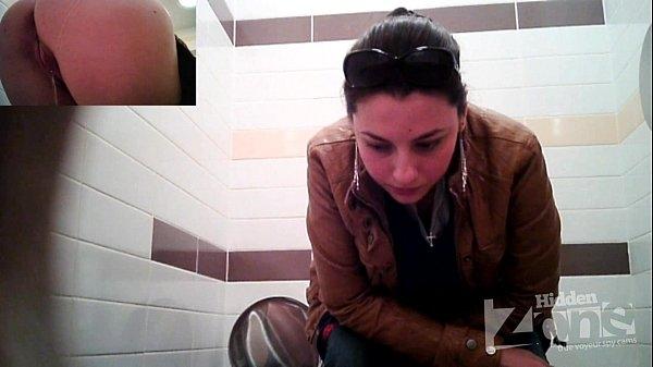 Мама в туалете скрытая камера