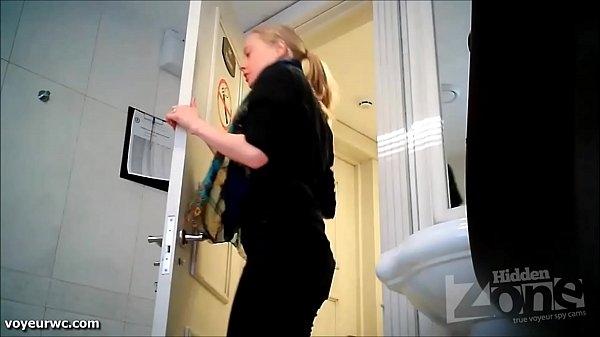 Писающие девушки скрытая камера в женском туалете