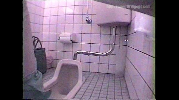 Скрытая камера в женском туалете крупным планом